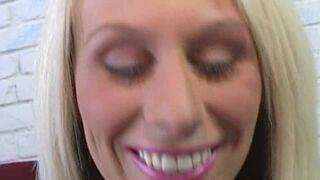 College Blondine Gesichtsbehandlung Riesig